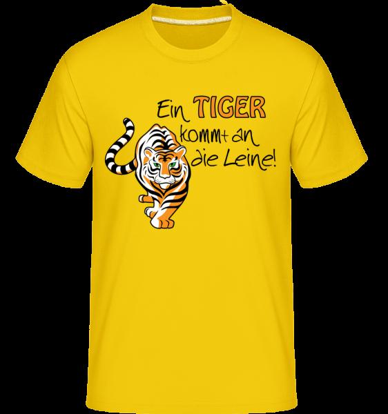 Ein Tiger Kommt An Die Leine - Shirtinator Männer T-Shirt - Goldgelb - Vorn