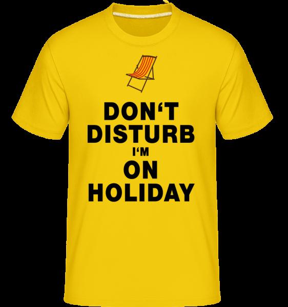 Don't Disturb I'm On Holiday - Strandliege - Shirtinator Männer T-Shirt - Goldgelb - Vorn